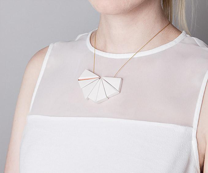 Weiße siebenteilige Keramikkette handgemacht von Frija Hvid