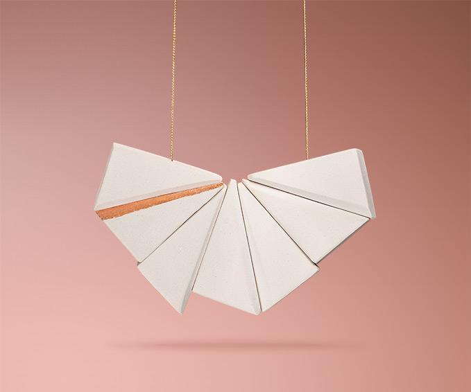 Siebenteilige handgemachte weiße Keramikkette von Frija Hvid