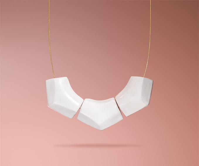 Dreiteilige selbstgemachte weiße Keramikkette von Frija Hvid