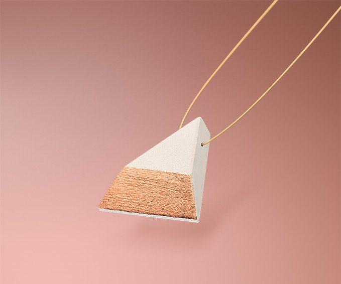 Dreieckiger selbstgemachter weißer Keramikschmuck von Frija Hvid